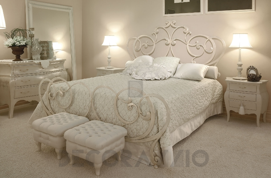 Спальня с кованной кроватью фото