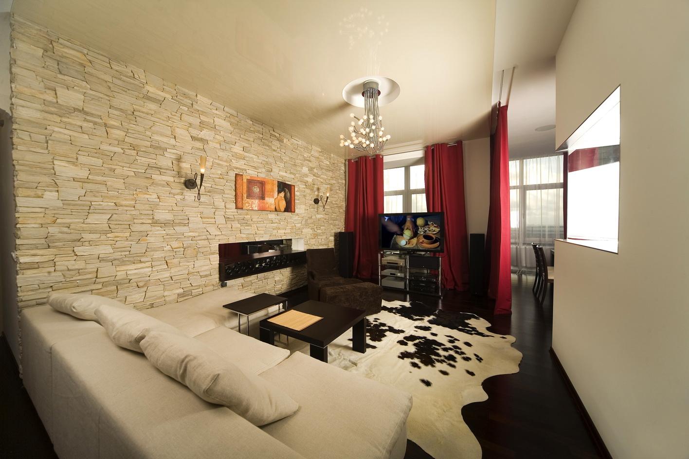 Дизайн комнаты с декоративным камнем